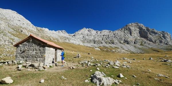 Die malerisch gelegene kleine Schutzhütte Casetón de Liordes auf der Vega de Liordes
