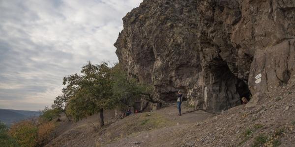 Zord sziklák a vulkanikus eredetű Szent Mihály-hegyen (Remete-barlang)