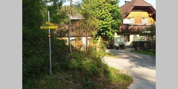 Am Ortsrand von Pernreit weisen auffällige Schilder...