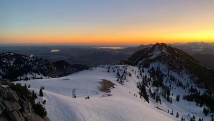 Vom Gipfel kann man wunderbar den Sonnenaufgang bewundern. Relativ einfache Wegfindung auch bei Nacht.