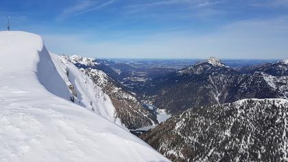 Am Gipfel, Blick nach Norden mit PLansee und Säuling
