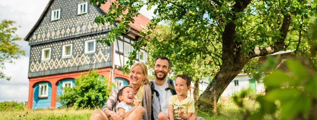Familie vor Oberlausitzer Umgebindehaus
