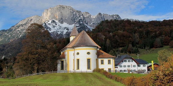 Die Wallfahrtskirche Maria Heimsuchung vor dem Untersberg