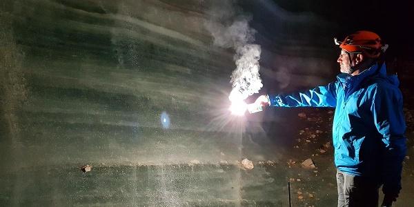 <![CDATA[Karbidlampen sorgen für Licht in der Eishöhle]]>