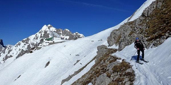 Nordkette, Bergstation Hafelekar. Ausgesetzte Querfahrt entlang des Innsbrucker Höhenweges. Hinten die Seegrubenspitze und der Kemacher (2480 m).