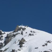 Den vorgelagerten Gipfel mit Gipfelkreuz