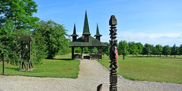 Kopjafa és a szabadság harangja a Páneurópai Piknik emlékhelyen