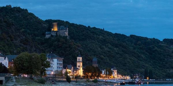 St. Goarshausen mit Burg Katz am Abend