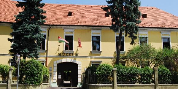 A Duna Múzeum az egykori káptalani épületben található