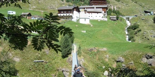 Die Hängebrücke unterhalb der Rofenhöfe