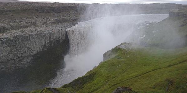 Gewaltige Wassermassen sorgen für ein beeindruckendes Naturschauspiel am Dettifoss