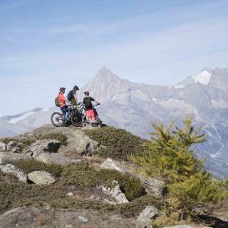 3 vététistes admirant la vue sur les montagnes
