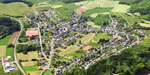 """Luftaufnahme mit """"Grüner Lunge"""" mitten im Dorf"""