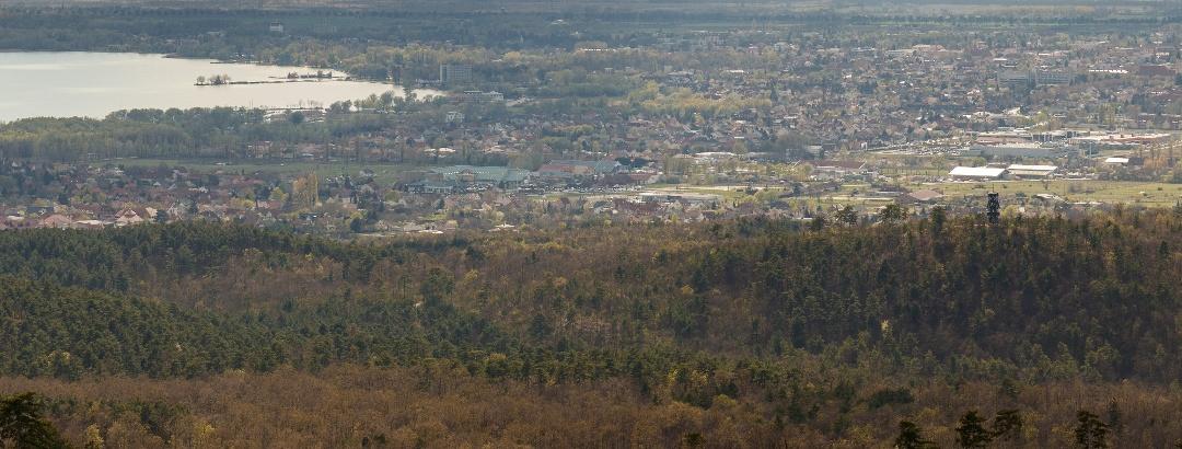 Panoráma a Berzsenyi-kilátóból a Keszthelyi-öböl irányába. Látható a Varsás-hegyen álló Festetics-kilátó is.