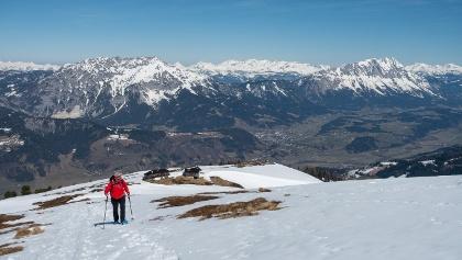 Oberhalb der Pleschnitzzinkenhütte ist der Schnee teilweise abgeblasen. Im Hintergrund Kammspitze und Grimming.