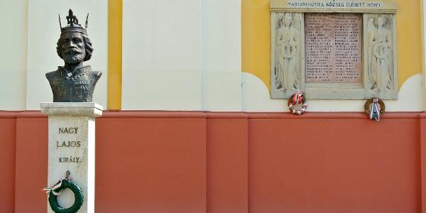 Nagy Lajos király szobra és a Hősök emlékműve a Magyarok Nagyasszonya-bazilikánál