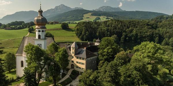<![CDATA[Kloster Höglwörth, im Hintergrund der Hochstaufen]]>