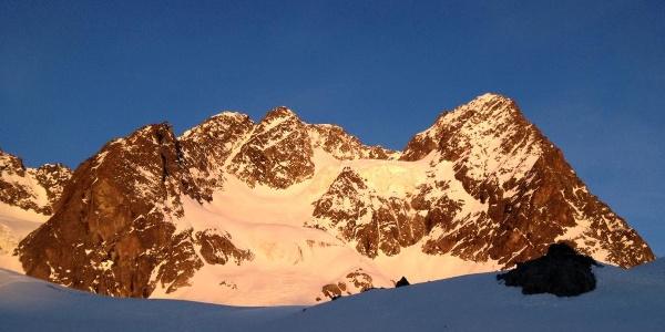 Der Aufstiegsweg durch die Ostflanke - der Hängegletscher wird links in der Rinne umgangen.