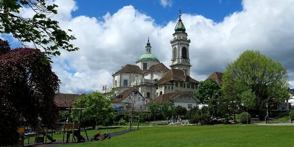 Chantierwiese und St. Ursen-Kathedrale.