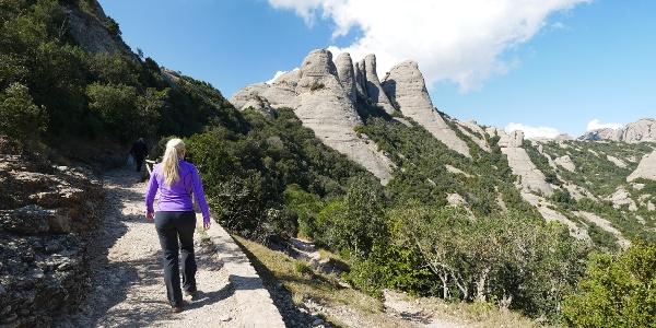 Der Wanderweg Camí nou de Sant Jeroni mit Blick auf den bei Kletterern beliebten Gipfel des La Gorra Frígia