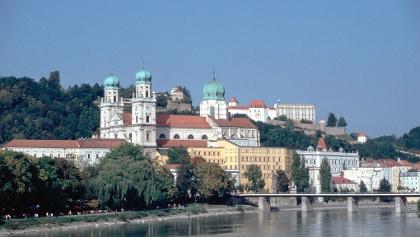 DREI_FLUESSE_STADT Passau - Passau Innseite mit Dom und Fürstbischöflichen Residenz