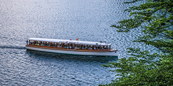 Ein Elektroboot der Königssee Flotte am Malerwinkel