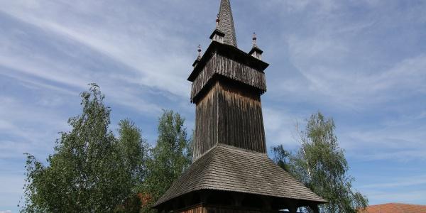 A torony galériájáról ellátni a Kárpátokig is tiszta időben (református templom, Vámosatya)