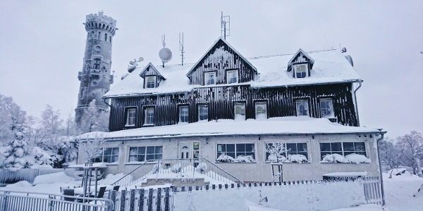 Baude und Aussichtsturm auf dem Hohen Schneeberg im Winter