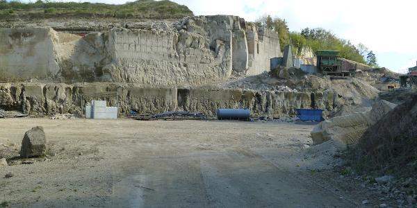 Bei Weibern bietet sich ein Blick in die Tuffsteinbrüche.