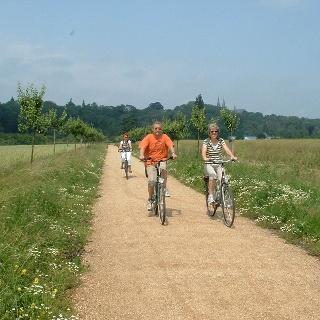 Radfahrer in Richtung Prinz-Moritz-Grabmal