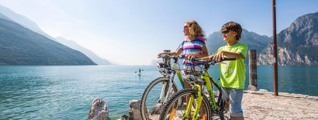 Mit dem Rad die Seepromenade entlang