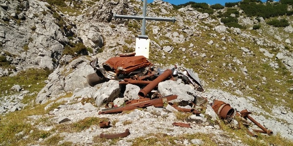 Trümmer des im zweiten Weltkrieg abgestürzten Bombers im Brendlkar
