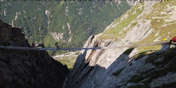 De Salitbrücke hangt over een gapende kloff