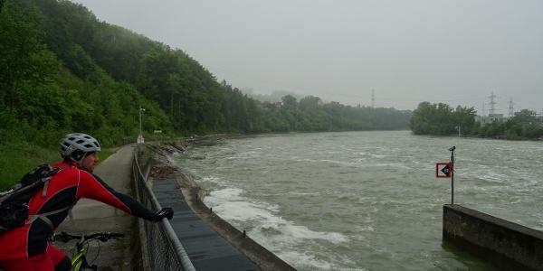 0200 Wir bestaunen die Flusswehrmauer