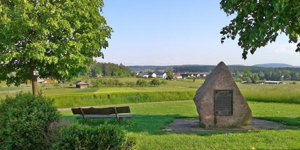Vom Waldenserstein hat man einen schönen Ausblick auf Neuhengstett.