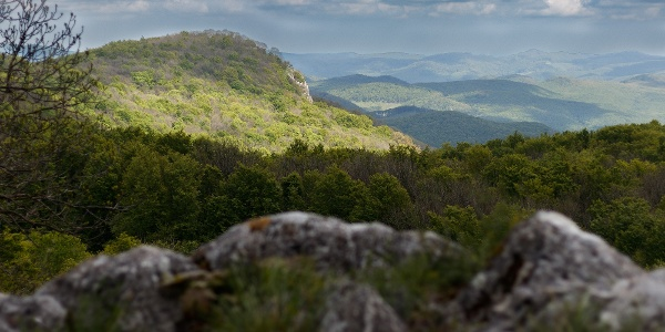 A napfürdőző Pes-kő az Őr-kőről nézve