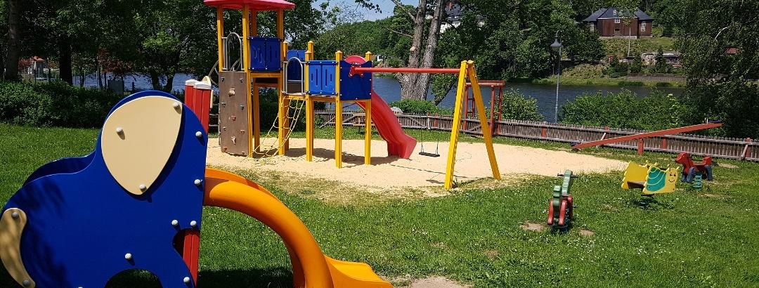 Ein Spielplatz für große und kleine Kinder