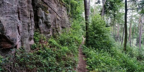 Idyllische Pfade entlang der Felsen