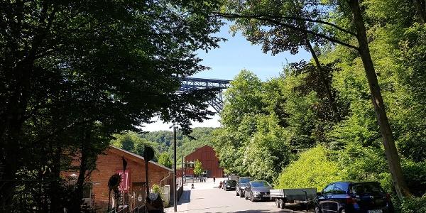 Anfang des Brückenpark, hier biegt man gleich rechts in die Berge ab.