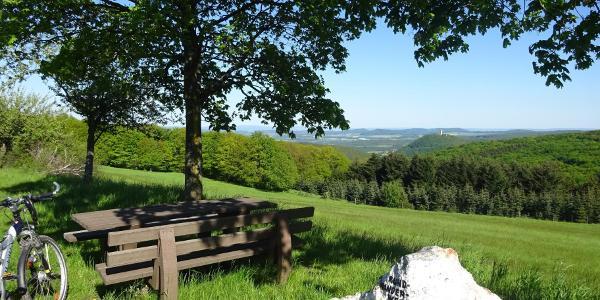 Hinter Schelborn bieten sich von einem Parkplatz erneut schöne Aussichten auf die Burg.