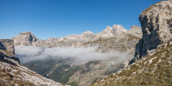Hier am Ciampeijoch (2.365m) verlassen wir erstmals unseren bisherigen Wanderweg Nr. 2 (Dolomiten Höhenweg 2) und folgend nun dem Weg Nr. 4 am Ciampaisee vorbei hinaus ins Edelweißtal.