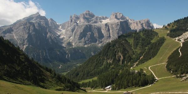 Blick hunüber ins Edlweißtal, über das wir zu Füßen des 2.670 Meter hohen Sas Ciampac (links) und des markanten Sassongher (2.665 m - rechts des Tales) von der Hochebene nach Kolfuschg absteigen.