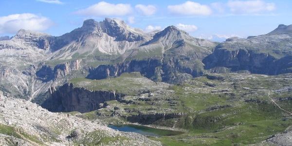 Einer ladinischer Sage nach soll im Crespeinasee vor Urzeiten ein streitsüchtiger Drache gehaust haben. Im Hintergrund erheben sich die Gipfel der Puez-Gruppe.