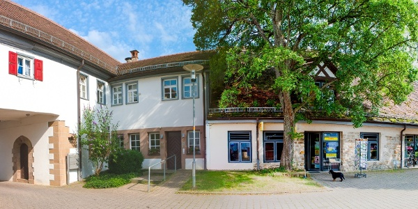 Schlosshof Dürnau mit Gralglas Museum
