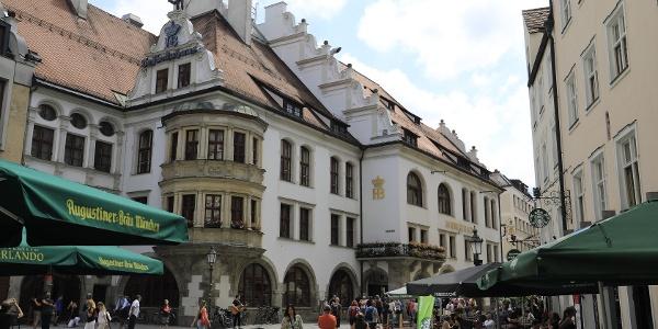 """(5) Hofbräuhaus: """"In München steht ein..."""" Das kennt jeder. Hier tummeln sich Touristen aus aller Welt neben urbayerischen Stammtischlern."""