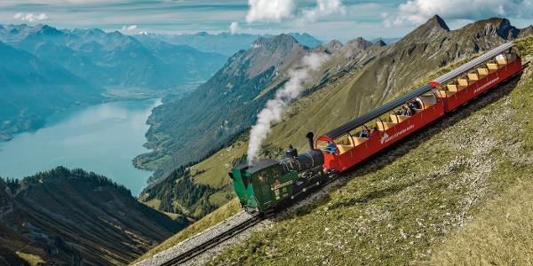 Die Brienzer Rothorn Dampfzahnradbahn bringt Sie hinunter nach Brienz