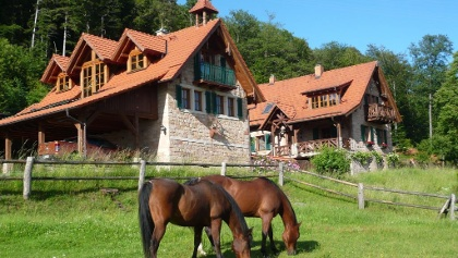 Links das Ferienhaus