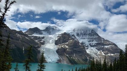 נוף על הר וקרחון רובסון העצום ועל אגם ברג לאחר צבירה של עוד כמה מטרים של גובה