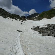 Blick zurück auf das Schneefeld vor der Hütte