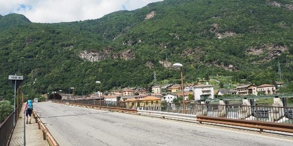 Der Bus aus Ivrea hält auf der Nordseite des Flusses